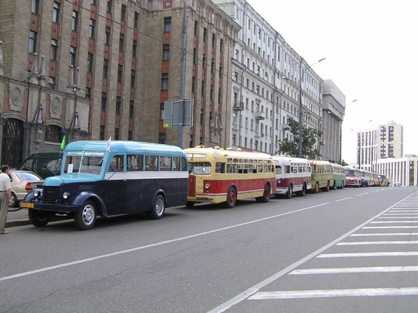 Колонна автобусов на проспекте Академика Сахарова.  Фото Леонида Демидова.